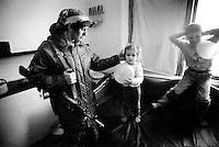 En mor sier farvel til sine barn i det hun drar for a? hjelpe sin mann, en tjsentsjensk opprører, ved fronten. Hun er først og fremst en sykepleier, men bærer ogsa? va?pen og er trent til a? sloss og forsvare stillinger. To ma?neder etter at bildet ble tatt ble mannen hennes drept av russiske styrker som angrep landsbyen deres...