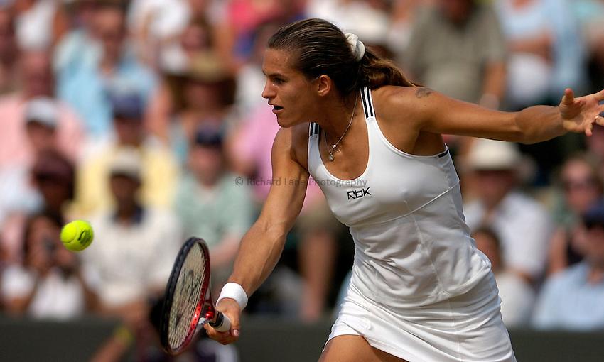Photo: Simon de Trey-White..Wimbledon Championships. 04/07/2006..Amelie Mauresmo of France.