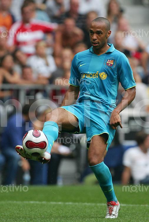 Fussball FC Bayern Muenchen - FC Barcelona Thierry HENRY (Barca), Einzelaktion am Ball.