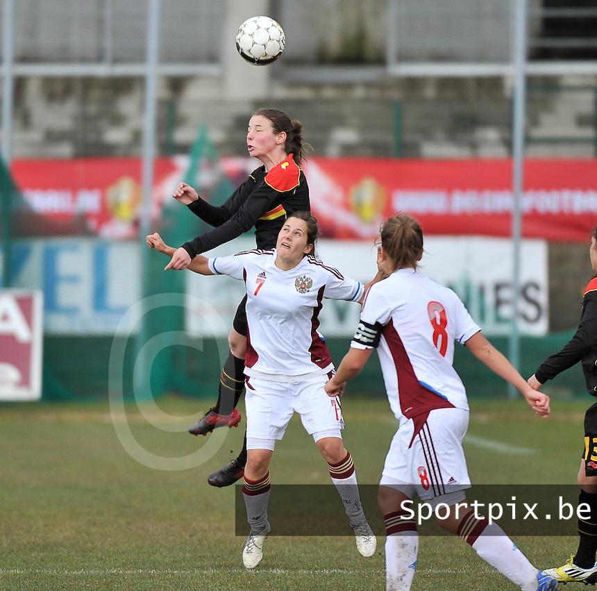 Russia U19 - Belgium U19 : Nicky Van den Abbeele wint het kopduel van Anastasia Konyukhova (7).foto DAVID CATRY / Nikonpro.be
