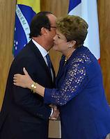 BRASÍLIA, DF, 12.12.2013 – VISITA DE ESTADO DO PRESIDENTE FRANCÊS FRANÇOIS HOLLANDE – ASSINATURA DE CONTRATO DE COOPERAÇÃO - O presidente da França François Hollande e a presidente Dilma Rousseff durante cerimônia de assinatura de contrato de cooperação entre Brasil e França, nesta quinta-feira, 12, no Palácio do Planalto em Brasília. (Foto: Ricardo Botelho / Brazil Photo Press).