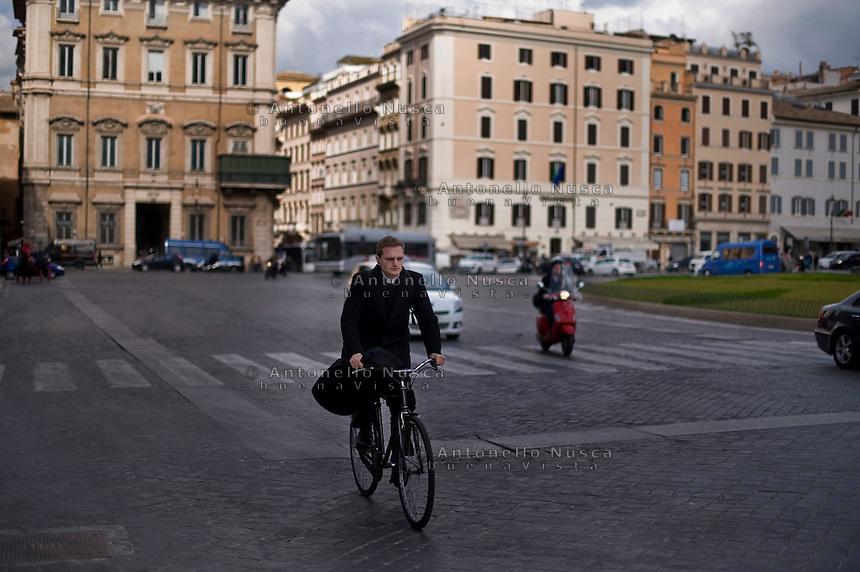 Un prete in bicicletta nel centro di Roma