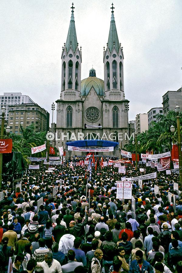 Ato público de 1º de maio, dia do trabalho. Praça da Sé. São Paulo. 1985. Foto de Cynthia Brito.