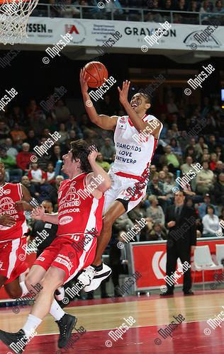 2008-04-12 / Basketbal / Antwerp Giants - BC Oostende / David Toya scoort 2 van zijn punten, Petrovic kan hem niet stoppen. Toya was de uitblinker bij de Giants..Foto: Maarten Straetemans (SMB)