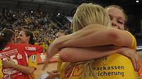 Handball, Frauen, 1. Bundesliga. HC Leipzig gg Bayer Leverkusen. im Bild: Louise Lyksborg faellt Sara Eriksson in die Arme.   Foto: Alexander Bley