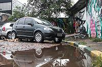 """SÃO PAULO, SP, 19.12.2014 - FORTE CHUVA ATINGE O BAIRRO DA VILA MADALENA - Carros danificados pela chuva desta tarde. Uma forte chuva atingiu a região da Rua Harmonia, local onde fica o """"beco do batman, no bairro da Vila Madalena. O local é conhecido pelo histórico de enchentes, na tarde desta sexta - feira (19), na zona oeste de São Paulo. (Foto: Taba Benedicto/ Brazil Photo Press)"""