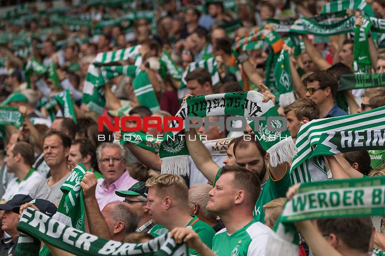 26.08.2017, Weser Stadion, Bremen, GER, 1.FBL, Werder Bremen vs FC Bayern Muenchen, im Bild<br /> <br /> Fans Schal Stimmung singen vor dem Spiel<br /> <br /> Foto &copy; nordphoto / Kokenge