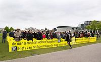 Nederland Amsterdam  2017.  Bevrijdingsdag op het Museumplein. Mensen houden de tekst van de Rechten van de Mens vast.   Foto Berlinda van Dam / Hollandse Hoogte