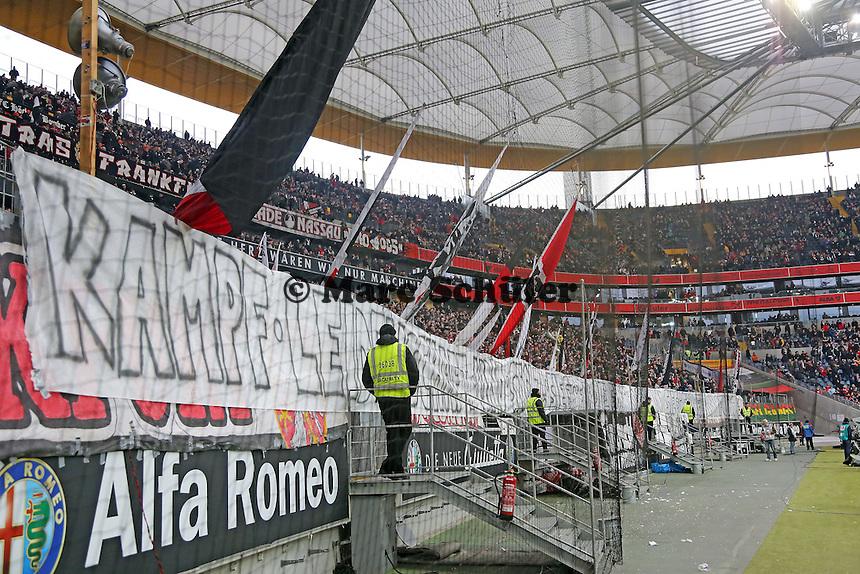 """Eintracht Fans im Stadion mit dem Banner vom Trainingsplatz """"Kampf, Leidenschaft und Stolz! Siegt für die Eintracht und Frankfurt""""  - Eintracht Frankfurt vs. FC Schalke 04, Commerzbank Arena"""