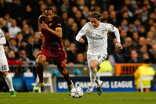 08.03.2016 Estadio Santiago Bernabeu, Madrid, Spain. UEFA Champions League Real Madrid CF versus AS Roma.  Luka Modric (19) Real Madrid outpaces Seydou Keita (20) Roma.