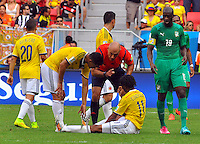 BRASILIA - BRASIL -19-06-2014. Howard Webb habla con Juan Cuadrado de Colombia mientras Yaya Toure (Der) de Costa de Marfil observa durante el partido del Grupo C entre Colombia (COL) y Costa de Marfil (CIV) hoy 19 de junio de 2014 en la Copa Mundial de la FIFA Brasil 2014 played at Mane Garricha stadium in Brasilia./ Howard Webb (L) referee speaks  with Juan Cuadrado of Colombia (sits) while Yaya Toure (R) of Ivory Coast looks on during the Group C match between Colombia (COL) and Ivory Coast (CIV) today June 19 2014 in the 2014 FIFA World Cup Brazil. Photo: VizzorImage / Alfredo Gutiérrez / Contribuidor