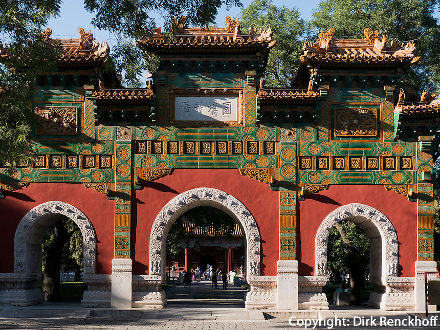 Pailou-Ehrentor vor der kaiserlichen Akademie, Peking, China, Asien<br /> Pailou gate of honor at Imperial Academy, Beijing, China, Asia