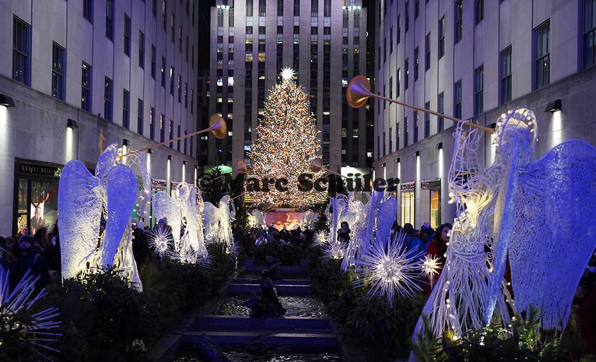 Menschenmassen auf dem Weg zum Weihnachtsbaum und zur Eislaufbahn am Rockefeller Center in New York - 08.12.2019: New York