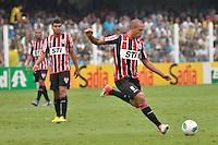 ATENÇÃO EDITOR: FOTO EMBARGADA PARA VEÍCULOS INTERNACIONAIS - SANTOS, SP, 09 DE SETEMBRO DE 2012 - CAMPEONATO BRASILEIRO - SANTOS x SÃO PAULO: Luis Fabiano durante partida Santos x São Paulo, válida pela 23ª rodada do Campeonato Brasileiro de 2012 no Estádio da Vila Belmiro em Santos. FOTO: LEVI BIANCO - BRAZIL PHOTO PRESS