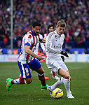 Atletico Madrid's midfielder Raul Garcia and Real Madrid's German midfielder Toni Kroos during the Spanish league football match Club Atletico de Madrid vs Real Madrid CF at the Vicente Calderon stadium in Madrid on February 7, 2015.                 PHOTOCALL3000/ DP
