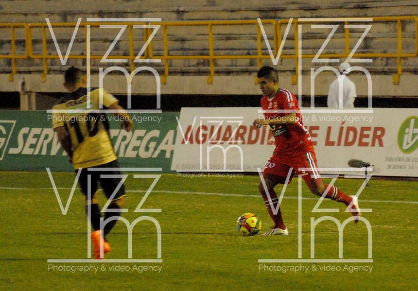 TUNJA - COLOMBIA -19 -11-2013: Emmanuel Prisco (Der.) jugador de Patriotas FC disputa el balón con Cleider Alzate (Izq.) jugador de Itagüi, durante partido por la sextafecha  de la Liga Postobon I-2014, jugado en el estadio La Independencia de la ciudad de Tunja. / Emmanuel Prisco (R) player  of Patriotas FC vies for the ball with Cleider Alzate (L) player of Itagüi during a match for the sixth date of the Liga Postobon I-2014 at the La Independencia  stadium in Tunjacity, Photo: VizzorImage  / Jose M. Palencia / Str. (Best quality available)