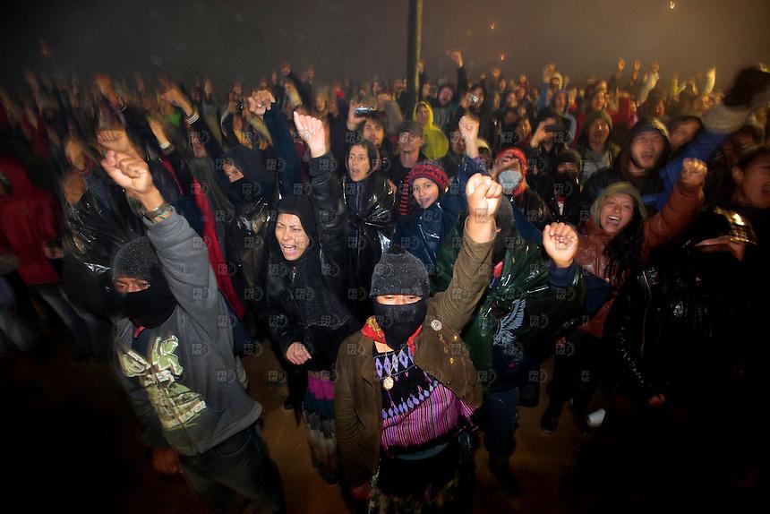 OVENTIC, CHIAPAS. Diciembre 31, 2013. Miembros de la Junta del Buen Gobierno del Ejercito Zapatista de Liberaci&oacute;n Nacional (EZLN) durante el festejo de a&ntilde;o nuevo y del vig&eacute;simo aniversario del levantamiento armado en Oventic, Chiapas, M&eacute;xico, el 31 de diciembre de 2013. Comandantes leyeron un comunicado sobre los trabajos del EZLN en la zona. Foto: Alejandro Mel&eacute;ndez<br /> <br /> Oventic, Chiapas. December 31, 2013. Members of the Board of Governance of the Zapatista Army of National Liberation (EZLN) during the celebration of New Year and the twentieth anniversary of the armed uprising in Oventic, Chiapas, Mexico, on December 31, 2013. Commanders read a statement on the work of the EZLN in the area. Photo: Alejandro Melendez
