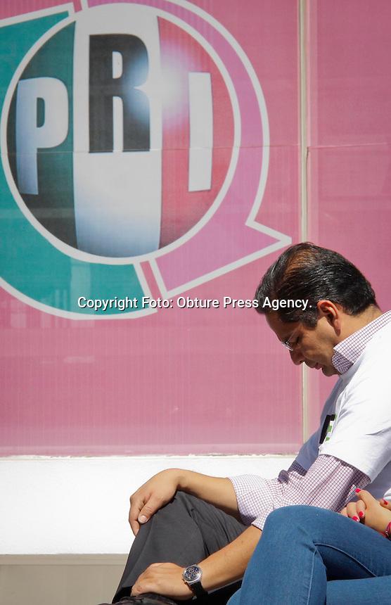 Querétaro, Qro. 06 marzo 2014.  Con un minuto de aplausos se recordó al candidato que fuera asesinado en Lomas Taurinas, Tijuana el 23 de marzo de 1994, esto durante la ceremonia que encabezó el presidente del partido en el estado Tonatiuh Salinas Muñoz. <br /> <br /> Foto: Obture Press Agency.