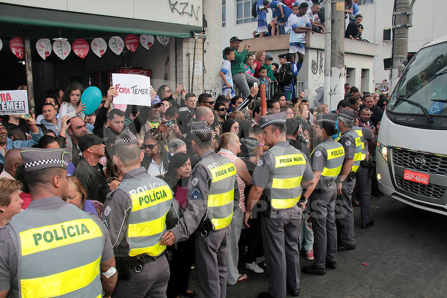 SÃO PAULO,SP,21.07.2016 - RIO-2016 - Protesto durante a passagem da tocha olímpica na Avenida dos Autonomistas região oeste da cidade de Osasco, na grande São Paulo, na tarde desta quinta-feira (21). (Foto : Marcio Ribeiro / Brazil Photo Press)