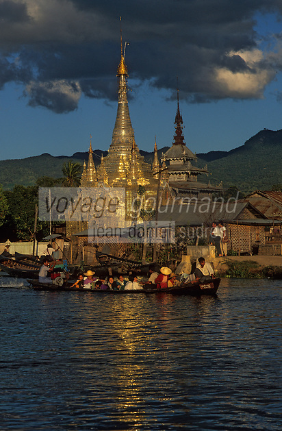 Asie/Birmanie/Myanmar/Plateau Shan/Nyaungshwe: Lac Inle - Pagode sur le canal et pirogues