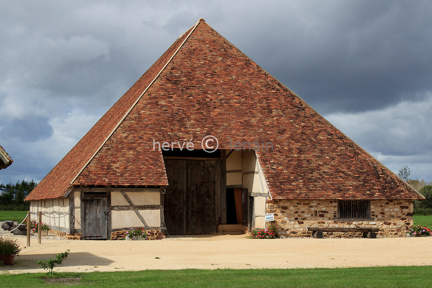 France, Cher (18), Vailly-sur-Sauldre, grange pyramidale emblème du Pays Fort, a été démontée de son emplacement originel pour être remontée dans le village // France, Cher , Vailly sur Sauldre, pyramidal barn, was removed from its original location to be rebuilt in the village