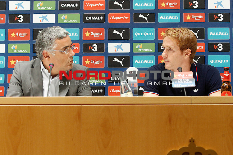Espanyol's new player Alex Fernandez (r) with the President Joan Collet during his official presentation. August 29, 2013. Foto © nph / Acero)