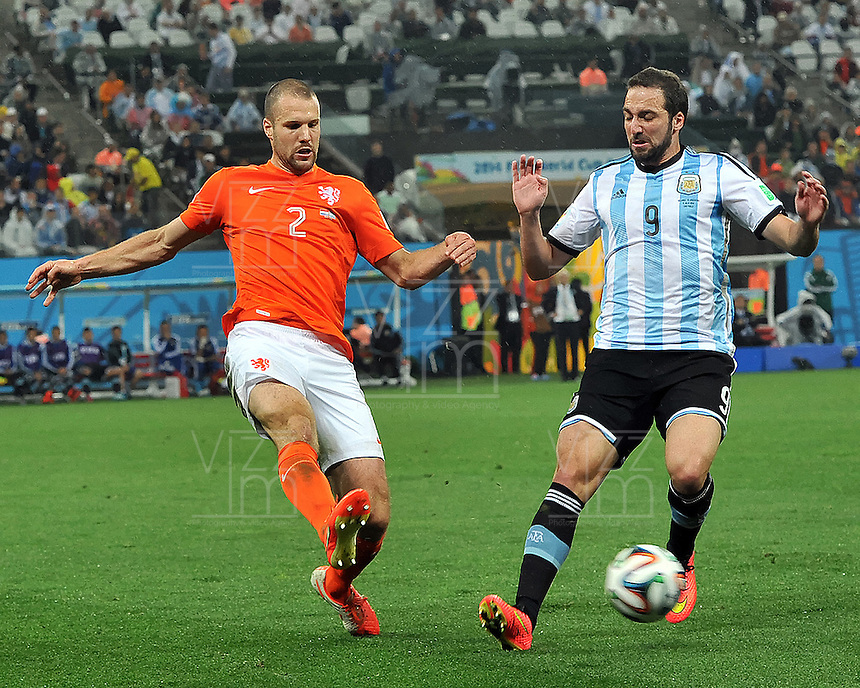 SAO PAULO - BRASIL -09-07-2014. Gonzalo Higuain (#9) jugador de Argentina (ARG) disputa un balón con Ron Vlaar (#2) jugador de Holanda (NED) durante partido de las semifinales por la Copa Mundial de la FIFA Brasil 2014 jugado en el estadio Arena de Sao Paulo./ Gonzalo Higuain (#9) player of Argentina (ARG) fights the ball with Ron Vlaar (#2) player of Netherlands (NED) during the match of the Semifinal for the 2014 FIFA World Cup Brazil played at Arena de Sao Paulo stadium. Photo: VizzorImage / Alfredo Gutiérrez / Contribuidor