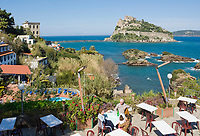 ITA, Italien, Kampanien, Ischia, vulkanische Insel im Golf von Neapel: Blick uebers Strand Hotel Delfini zum Castello Aragonese | ITA, Italy, Campania, Ischia, volcanic island at the Gulf of Naples: view across Strand Hotel Delfini towards Castello Aragonese