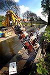 UTRECHT - In Leidsche Rijn werken medewerkers van Kloosterbouw Waterbouw uit Staphorst aan het vervangen van beschoeiingen langs de Leidsche Rijn tussen de Langerakbrug en de Stadsdambrug. In opdracht van het Hoogheemraadschap De Stichtse Rijnlanden worden de oude beschoeiingen die dateren uit de jaren 70 van de vorige eeuw, gesloopt en nieuwe kunststof damwanden aangebracht. De onderhoudswerkzaamheden naar een ontwerp IBU Stadsingeniurs, kosten ongeveer 1,5 miljoen euro en duren tot september. COPYRIGHT TON BORSBOOM