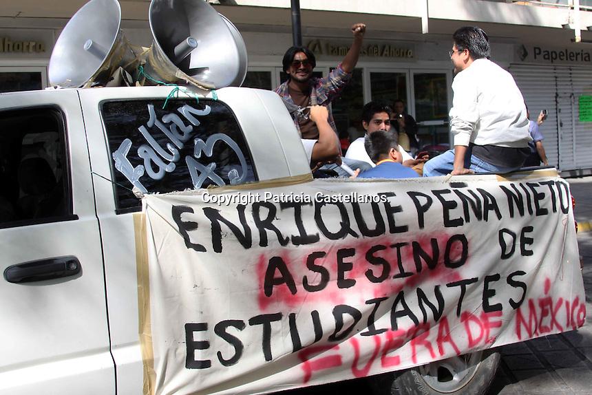 Este viernes familiares de Christian Tomas Colon Garnica, normalista oaxaque&ntilde;o desaparecido, apoyados por integrantes de la secci&oacute;n 22 del Sindicato Nacional de Trabajadores de la Educaci&oacute;n (SNTE), llevaron a cabo una marcha-caravana en exigencia de justicia por este caso sucedido en Ayotzinapa, lo anterior ante la lentitud del proceso de investigaci&oacute;n por parte de las autoridades gubernamentales para la resoluci&oacute;n del mismo, esto a tres meses de que esta situaci&oacute;n haya acontecido.<br /> <br />  <br /> <br /> En este contexto, los docentes y familiares de Christian Garnica ocuparon alrededor de 20 veh&iacute;culos entre unidades particulares y autobuses de transporte urbano, las cuales equiparon con sonido, mantas y pancartas con consignas de protesta,  mismas que se trasladaron en caravana con destino al municipio de Tlacolula de Matamoros.<br /> <br />  <br /> <br /> As&iacute; mismo, para dar comienzo con esta actividad de protesta, el magisterio oaxaque&ntilde;o y los padres del normalista desaparecido ejecutaron un mitin en la explanada principal del parque Ju&aacute;rez &ldquo;El llano&rdquo;, donde expusieron su descontento a tres meses de la falta de respuesta por parte del gobierno ante este hecho de injusticia.<br /> <br />  <br /> <br /> Cabe destacar que Juan Colon Garnica padre del normalista oaxaque&ntilde;o desaparecido en compa&ntilde;&iacute;a de un representante  de la secci&oacute;n 22, dio el banderazo de salida de esta marcha-caravana, quien tambi&eacute;n exigi&oacute; la aparici&oacute;n con vida de su hijo y los otros normalistas, exhibiendo al gobierno por su indolencia ante este hecho; &ldquo;hoy se cumplen tres meses de la desaparici&oacute;n de  mi hijo, pero hasta la fecha no sabemos d&oacute;nde se encuentra, pedimos al gobierno del estado y federal para que nos entregue a los 43 normalistas, pero ellos no nos hacen caso&rdquo;.