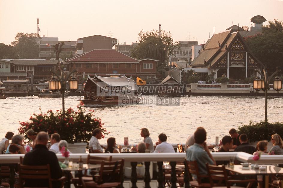 """Thailande/Bangkok: A la terrasse de l'Hotel """"Oriental"""", Navigation sur le fleuve dans la lumière du soir"""
