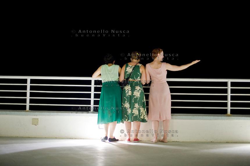 Senigallia, Agosto 2013. Tre ragazze vestite stile anni 60 nella terrazza della Rotonda di Senigallia durante il Festival Summer Jamboree.