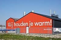 Nederland Groningen - 2019. Tijdelijke Warmtecentrale op de Zernike Campus. De Hanzehogeschool Groningen is als eerste aangesloten op de centrale. Het net gaat de komende jaren Paddepoel, Selwerd en Vinkhuizen duurzame warmte leveren als vervanging voor aardgas. De warmtecentrale gaat het warmtenet voeden dat vorig jaar is aangelegd op Zernike. De centrale maakt gebruik van warmtekrachtkoppelingen. Deze mini-elektriciteitscentrales maken stroom en warmte. Hiermee wordt het water in het warmtenet verwarmd en worden de pompen van stoom voorzien. Stroom dat overblijft wordt geleverd aan het elektriciteitsnet. De WKK's zorgen zo voor een vermindering van CO2-uitstoot. Foto Berlinda van Dam / Hollandse Hoogte