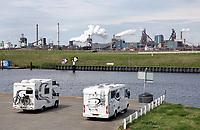 Nederland -  IJmuiden - 2019.    Campers met uitzicht op Tata Steel. . Foto Berlinda van Dam / Hollandse Hoogte
