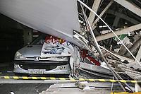SAO PAULO, SP, 26 FEVEREIRO 2013 - DESABAMENTO TETO EDIFICACAÇÃO COMERCIAL - Vista do local onde teto desabou sobre um veículo na Avenida Alcantara Machado, no bairro do Belém na regiao leste da capital paulista, ninguém ficou ferido nesta terça-feira, 26. (FOTO: WILLIAM VOLCOV / BRAZIL PHOTO PRESS).