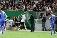 Bundestrainer Joachim Loew bedankt sich beim ausgewechselten Thomas Mueller (D)