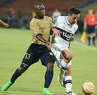 MEDELLIN - COLOMBIA-15-09-2015: Felipe Chara jugador de Aguilas Doradas (COL) disputa el balón con Juan Salgueiro jugador de Olympia (PRY) durante partido de vuelta por la segunda fase de la Copa Sudamericana 2015 jugado en el estadio Atanasio Girardot de la ciudad de Medellín./ Felipe Chara player of Aguilas Doradas (COL) vies for the ball with Juan Salgueiro player of Olimpia (PRY) during second leg match of the second phase of Sudamerica Cup 2015 played at Atanasio Giraardot stadium in Medellin city.  Photo:VizzorImage/ Leon Monsalve /Str