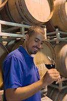 """Asie/Israël/Galilée/Zichron Yaacov: l'oenologue et directeur des cultures de l'établissement viticole """"Carmel Mizrachi"""", Moshavim, fondé en 1882 par le Baron Edmond de Rotschild"""