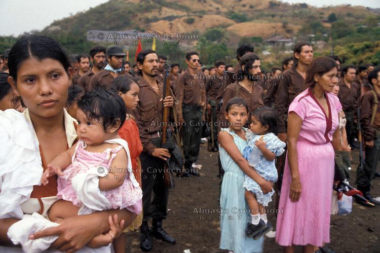 Febbraio 1981, Nicaragua, Matagalpa - Soldati volontari dell&rsquo;esercito popolare Sandinista salutano le famiglie prima della partenza per combattere la contra.<br /> February 1981, Nicaragua, Matagalpa - Volunteers of  the Sandinista People's Army greet families before leaving to fight against the contra rebels.