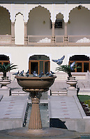 "Asie/Inde/Rajasthan/Jaipur: Fontaine du patio du ""Rambagh Palace"""