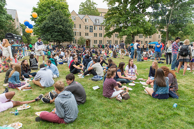 Aug. 25, 2015 Opening Picnic on North Quad. (Photo by Barbara Johnston/University of Notre Dame)