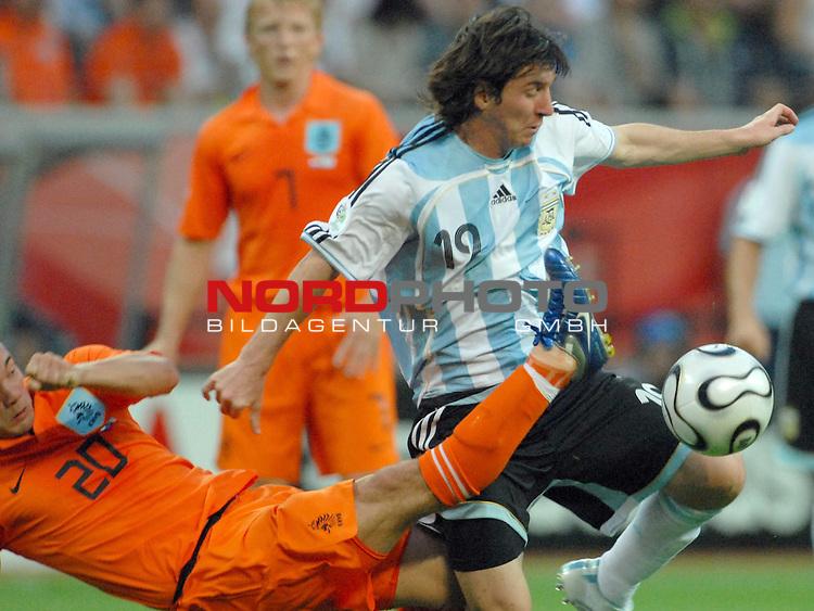 FIFA WM 2006 -  Gruppe C Vorrunde ( Group C )<br /> Play     #37 (21-Jun) - Niederland ( Holland ) - Argentinien<br /> <br /> Wesley Sneijder (NED) gegen Lionel Messi (ARG)<br /> <br /> Foto &copy; nordphoto