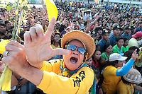 """DEN12 MANILA (FILIPINAS) 25/2/2011.- Una mujer canta durante una celebración por el 25 aniversario de la revuelta popular que derrocó al dictador Ferdinand Marcos en 1986, llamada """"Revolución de EDSA"""", en Quezon City, al este de Manila, Filipinas, hoy, viernes 25 de febrero de 2011. EFE/DENNIS M. SABANGAN"""