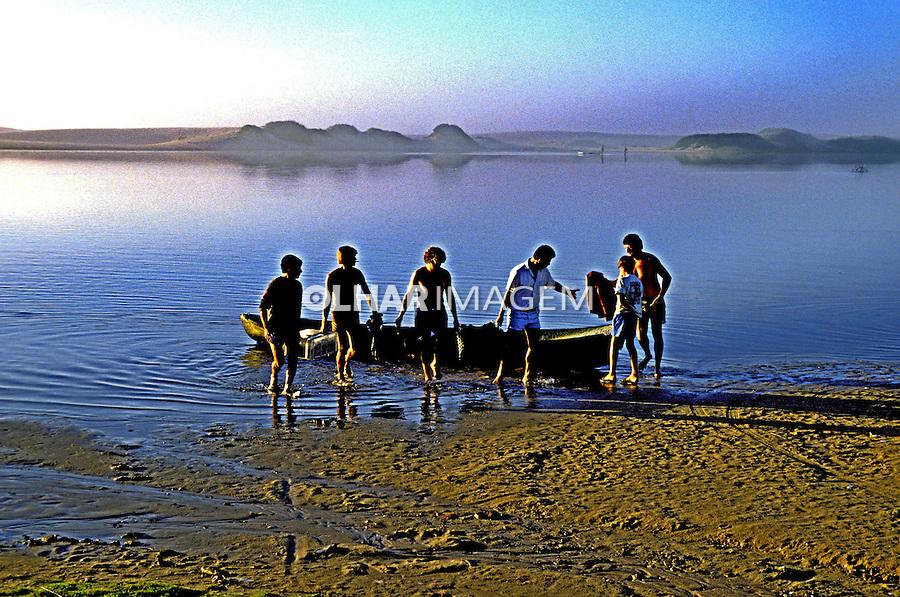 Pescadores na Guarda do Embaú. Santa Catarina. 1995. Foto de Juca Martins.