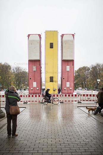 Die temporaeren Skulptur &quot;Monument&quot; von Manaf Halbouni auf dem Platz des 18. Maerz vor dem Brandenburger Tor.<br /> Im Rahmen des 3. Berliner Herbstsalons<br /> Mit Manaf Halbouni (Kuenstler), Kultursenator Dr. Klaus Lederer (Schirmherr der Skulptur Monument) und Shermin Langhoff (Intendantin Maxim Gorki Theater) wurde am Freitag den 10 November 2017 die Skultur vor dem Brandenburger Tor der Oeffentlichkeit vorgestellt.<br /> 10.11.2017, Berlin<br /> Copyright: Christian-Ditsch.de<br /> [Inhaltsveraendernde Manipulation des Fotos nur nach ausdruecklicher Genehmigung des Fotografen. Vereinbarungen ueber Abtretung von Persoenlichkeitsrechten/Model Release der abgebildeten Person/Personen liegen nicht vor. NO MODEL RELEASE! Nur fuer Redaktionelle Zwecke. Don't publish without copyright Christian-Ditsch.de, Veroeffentlichung nur mit Fotografennennung, sowie gegen Honorar, MwSt. und Beleg. Konto: I N G - D i B a, IBAN DE58500105175400192269, BIC INGDDEFFXXX, Kontakt: post@christian-ditsch.de<br /> Bei der Bearbeitung der Dateiinformationen darf die Urheberkennzeichnung in den EXIF- und  IPTC-Daten nicht entfernt werden, diese sind in digitalen Medien nach &sect;95c UrhG rechtlich geschuetzt. Der Urhebervermerk wird gemaess &sect;13 UrhG verlangt.]