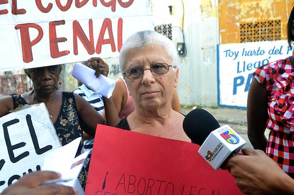 Protesta realizada por la junta de vecinos de San Carlos, en donde se quejaron de la violencia de genero y el paquetazo fiscal..Foto: Ariel Díaz-Alejo/acento.com.do.Fecha: 21/11/2012.