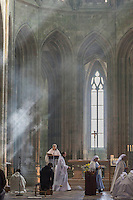 Europe/France/Normandie/Basse-Normandie/50/Manche: Baie du Mont Saint-Michel, classée Patrimoine Mondial de l'UNESCO, Le Mont Saint-Michel: Nef de l'église abbatiale gothique, messe célébrée par la communauté des Fraternités Monastiques// Europe/France/Normandie/Basse-Normndie/50/Manche: Bay of Mont Saint Michel, listed as World Heritage by UNESCO,  The Mont Saint-Michel: Nave of the abbey Church, office celebrate by Monastic Fraternities of Jerusalem