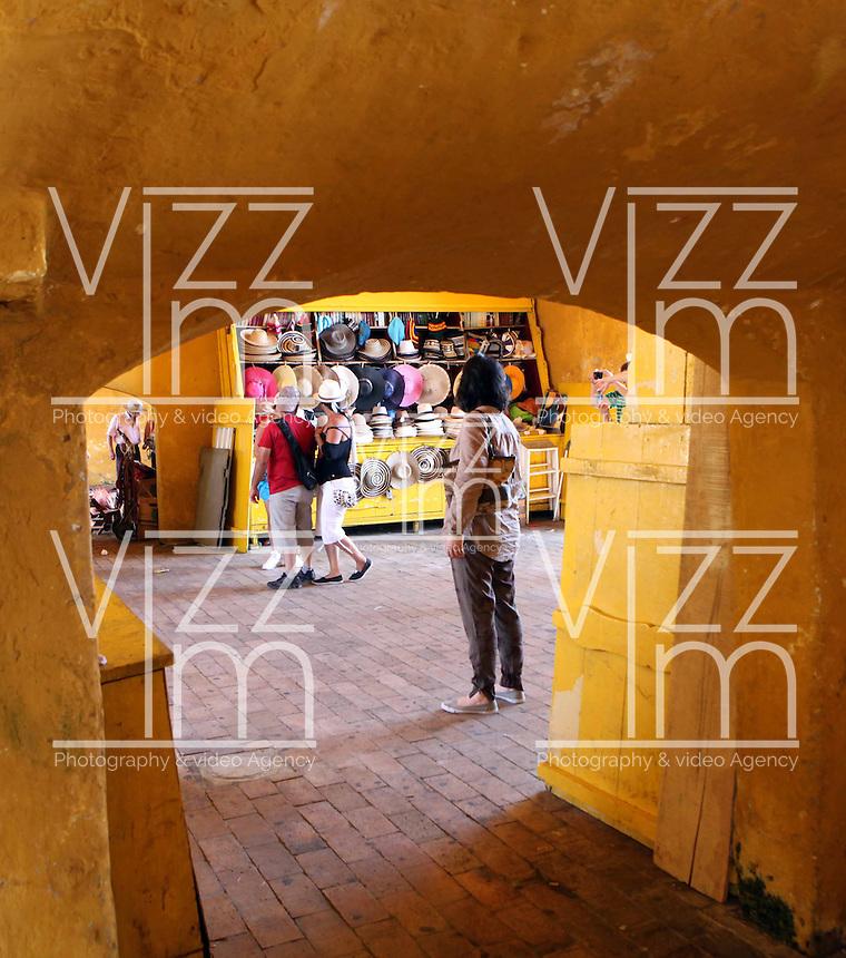 CARTAGENA-COLOMBIA-09-01-2013. Ventas de artesanias en la Ciudad Amurallada de Cartagena de Indias, Colombia. Craft sales in the walled city of Cartagena de Indias, Colombia. (Photo: VizzorImage).......
