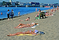 População e Rio Neva em São Petersburgo. Rússia. 2000. Foto de Nair Benedicto.