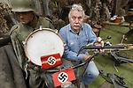 Foto: VidiPhoto<br /> <br /> ARNHEM &ndash; Eigenaar-directeur Eef Peeters van het Arnhems Oorlogsmuseum 40-45 toont zijn nieuwste aanwinsten. Het museum wordt de laatste paar maanden overladen met Duitse oorlogsmateriaal. Tal van particulieren schenken allerlei bijzondere oorlogsspullen aan het museum. Iedere week is het wel een paar keer raak. Eigenaar Eef Peeters vermoedt dat mensen geen raad meer weten met deze collectorsitems en dat zolders blijkbaar leeg moeten. Het zijn vooral spullen die met de Duitse bezetter te maken hebben. Het Arnhems oorlogsmuseum is ook het enige museum in Nederland dat hierin een soort specialisme heeft verworven. De laatste weken zijn er bijvoorbeeld een blechtrommel van de Hitlerjugend gebracht, een gummiknuppel en ploertendoder van SS&rsquo;ers die gebruikt zijn in een Belgisch strafkamp, armbanden met hakenkruis van Duitse officieren en een julleuchter, gemaakt door joodse dwangarbeiders. Het museum verwierf al eerder een bankstel en typemachine van Adolf Hitler, de trouwakte van Mussert  en diverse persoonlijke bezittingen van Arthur Seyss-Inquart.